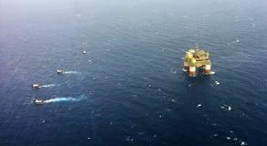 Plataforma petrolífera Louisiana a pouca distância do mar, EUA fotos de stock