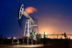 Plataforma petrolífera na noite. Fotos de Stock