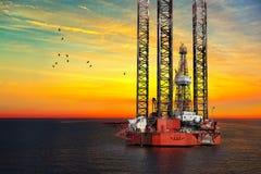 Plataforma petrolífera no mar fotografia de stock