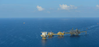A plataforma petrolífera a pouca distância do mar Imagens de Stock Royalty Free