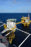 A plataforma petrolífera a pouca distância do mar. Fotografia de Stock