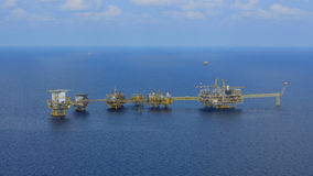 A plataforma petrolífera a pouca distância do mar Foto de Stock