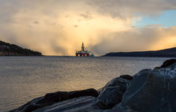 Plataforma petrolífera a pouca distância do mar Fotos de Stock