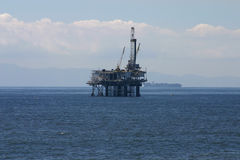 Plataforma petrolífera a pouca distância do mar Fotografia de Stock