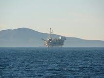 Plataforma petrolífera a pouca distância do mar Califórnia Fotografia de Stock