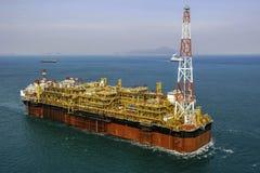 Plataforma petrolífera a pouca distância do mar do óleo & do gás FPSO