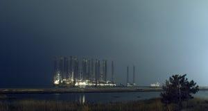 Plataforma petrolífera a pouca distância do mar em águas pouco profundas na noite Baku, Azerbaijão Praia de Shikhov imagens de stock royalty free