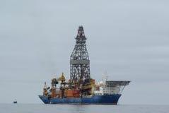 Plataforma petrolífera a pouca distância do mar em Namíbia