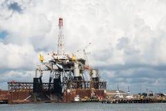 Plataforma petrolífera a pouca distância do mar na doca seca Fotos de Stock