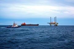 A plataforma petrolífera a pouca distância do mar no amanhecer Imagem de Stock