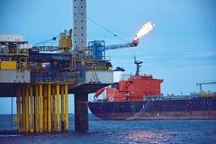 A plataforma petrolífera a pouca distância do mar no amanhecer Fotos de Stock Royalty Free