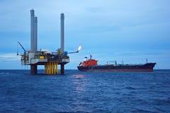 A plataforma petrolífera a pouca distância do mar no amanhecer Fotografia de Stock Royalty Free