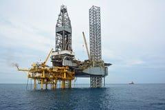 A plataforma petrolífera a pouca distância do mar no amanhecer Fotografia de Stock