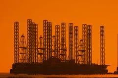 Plataforma petrolífera a pouca distância do mar no wa raso Fotos de Stock Royalty Free