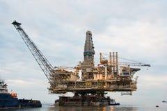 Plataforma petrolífera que está sendo rebocada Imagens de Stock