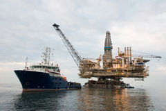 Plataforma petrolífera que está sendo rebocada Imagens de Stock Royalty Free