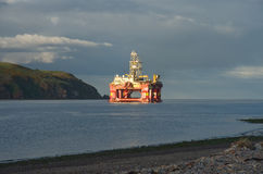 Plataforma petrolera cerca de Sutar del norte, brazo de mar de Cromarty. Foto de archivo
