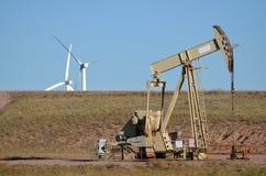 Plataforma petrolera con las turbinas de viento Fotografía de archivo libre de regalías
