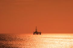 Plataforma petrolera costa afuera durante puesta del sol Fotografía de archivo