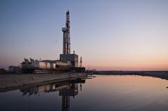Plataforma petrolera de la noche Foto de archivo