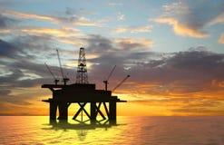 Plataforma petrolera de la silueta Imagenes de archivo