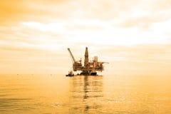 Plataforma petrolera durante Imagen de archivo libre de regalías