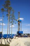 Plataforma petrolera en el borde de un bosque Imagen de archivo