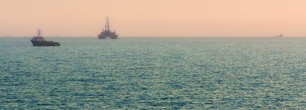 Plataforma petrolera en el mar foto de archivo libre de regalías