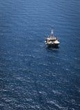 Plataforma petrolera en el mar Imagen de archivo libre de regalías