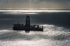Plataforma petrolera en el medio de la opinión aereal del océano imágenes de archivo libres de regalías