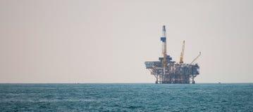Plataforma petrolera en el Océano Pacífico imagen de archivo