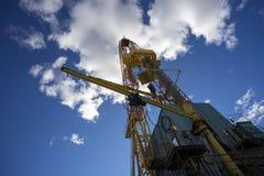Plataforma petrolera en fondo del cielo azul Imágenes de archivo libres de regalías