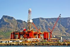 Plataforma petrolera en la bahía del océano fotografía de archivo libre de regalías