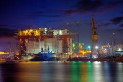 Plataforma petrolera en la noche Fotografía de archivo libre de regalías