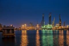 Plataforma petrolera en la noche imágenes de archivo libres de regalías