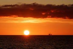 Plataforma petrolera en la puesta del sol en el Mar del Norte imagen de archivo