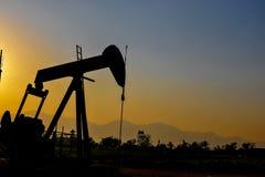 Plataforma petrolera la fuente del aceite del metro para traer foto de archivo libre de regalías