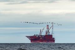 Plataforma petrolera Prirazlomnaya en el mar de Barents fotografía de archivo libre de regalías