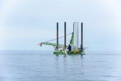 Plataforma petrolera remolcada Foto de archivo libre de regalías