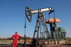 Plataforma petrolera y trabajador Imágenes de archivo libres de regalías