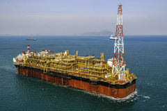 Plataforma petrolífera a pouca distância do mar do óleo & do gás FPSO Fotografia de Stock Royalty Free