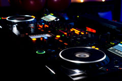 Plataforma, plataformas giratórias e equipamento da música do DJ Imagem de Stock Royalty Free