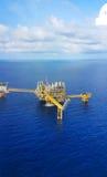 Plataforma a pouca distância do mar da construção para o petróleo e gás da produção, a indústria de petróleo e gás e o trabalho d foto de stock