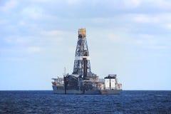 Plataforma a pouca distância do mar de flutuação da produção Foto de Stock Royalty Free