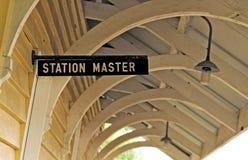Plataforma railway velha do sinal do mestre de estação fotos de stock royalty free