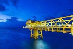 A plataforma remota da fonte a pouca distância do mar do petróleo e gás produziu o óleo bruto e o gás natural para enviado à refi foto de stock royalty free
