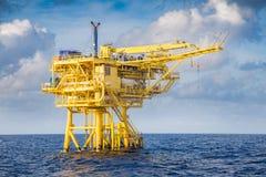 Plataforma remota principal boa onde gás cru e óleo bruto produzidos para enviado à plataforma de processamento central foto de stock