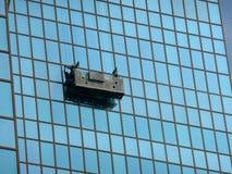 Plataforma suspendida de la limpieza de ventana Fotos de archivo