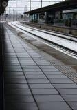 Plataforma vacía del ferrocarril con el ferrocarril de la perspectiva Nieve y rocas del barco Fotos de archivo libres de regalías