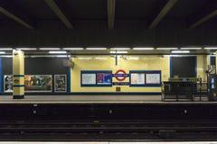 Plataforma vacía en la estación de metro del este de Aldgate imágenes de archivo libres de regalías